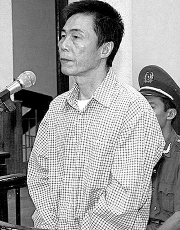 Nhà thơ Trần Đức Thạch trong phiên tòa tại Hà Nội hôm 8-10-2009.