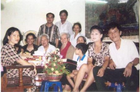 Nguyễn Tất Trung (đầu tiên từ phải qua), được xem là người con vô thừa nhận của HCM, cùng vợ Lưu Thị Duyên và con, năm 1998, tại gia đình cha nuôi, ông Vũ Kỳ - Ảnh: Nhà báo Bùi Tín cung cấp.
