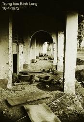 16-4-1972 – Hành lang Trung Học Bình Long những ngày đầu cuộc chiến An Lộc. Nguồn: Flickr.com / © Bettmann/CORBIS