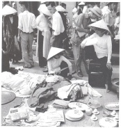 Chợ trời Hà Nội vào Tháng Bảy, 1954, những gia đình dự định di cư vào Nam đem bày bán đủ thứ trên vỉa hè, lề phố. (Ảnh trích lại từ Việt Sử Khảo Luận của Hoàng Cơ Thụy)