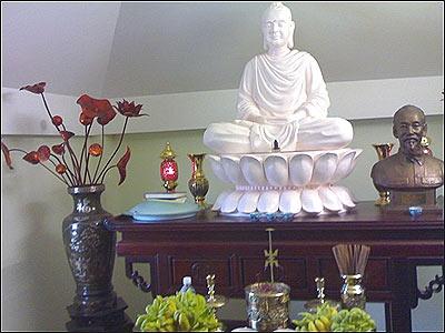 KHI ĐẢNG CẦU CẠNH THẦN THÁNH. Tượng Phật trên bàn thờ trong nhà của Tổng Bí Thư Lê Khả Phiêu (Ảnh BBC)