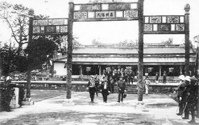 Quang cảnh Vua Bảo Đại thoái vị ở Ngọ Môn ngày 30 tháng 8 năm 1945