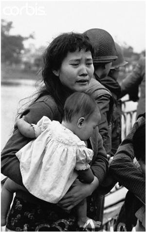 Người mẹ trẻ ôm con khóc trên cầu Tràng Tiền đã gãy nhịp, bên cạnh sự che chở của các quân nhân Quân Lực Việt Nam Cộng Hòa