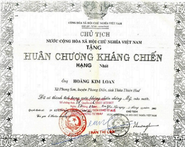 Huân chương Kháng Chiến Hạng Nhất do Chủ Tịch Nước CHXNCNVN Trần Đức Lương trao tặng vào năm 2002 cho Trung Tá Điệp Viên Hoàng Kim Loan (đã chết) thuộc Tổng Cục 2 Tình Báo Cộng sản Việt Nam.