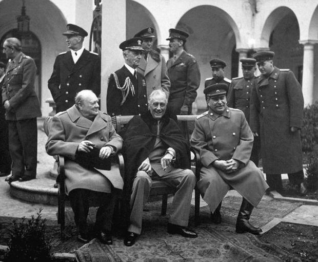 Hội nghị Yalta tháng 2/ 1945. Hội nghị chia chác nhau thế giới Từ trái sang phải: Winston Churchill, Franklin Roosevelt, Joseph Stalin. Xa bên trái là ngoại trưởng Liên Xô Vyacheslav Molotov, Tướng Alan Brooke, Đô đốc Andrew Cunningham, Tướng Charles Portal (phía sau Churchill), Tướng Marshall và Đô đốc William D. Leahy (phía sau Roosevelt).