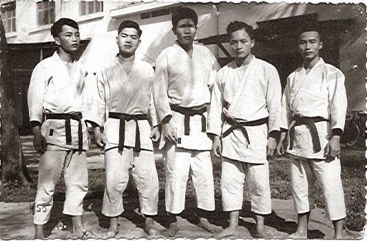 Đứng ngoài cùng bên trái là học trò Liên Thành (x) thời gian học với Thầy Hoàng Phủ Ngọc Tường tại trường Quốc Học Huế