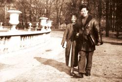 Nhà thơ Nguyên Sa và Vợ tại Pháp. FIle photo.