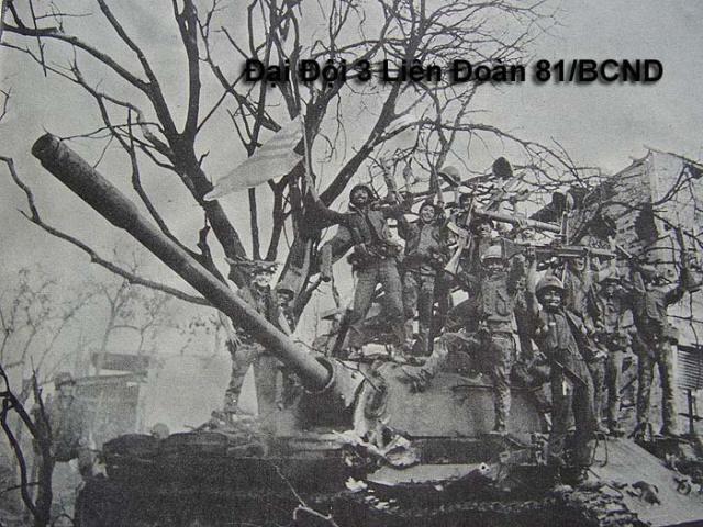 Đại Đội 3 Biệt Cách Dù reo mừng chiến thắng trên chiến xa địch bị bắn cháy