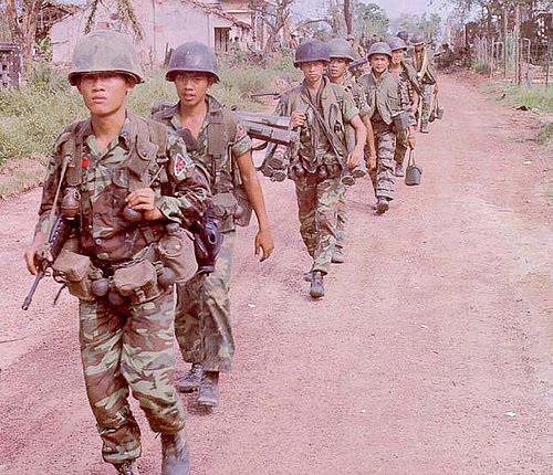 Đại Đội 4 Biệt Cách Dù tiến quân vào xã Bến Thế, Bình Dương