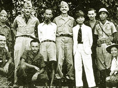 """Hồ Chí Minh, Võ Nguyên Giáp cùng một số thành viên nhóm tình báo """"Con Nai"""" tại Hà Nội năm 1945."""