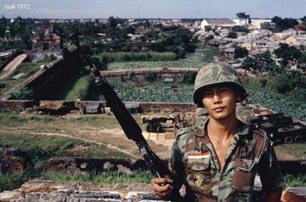 Chàng lính trẻ, phía sau là cửa Thượng Tứ vào Đại Nội, Huế