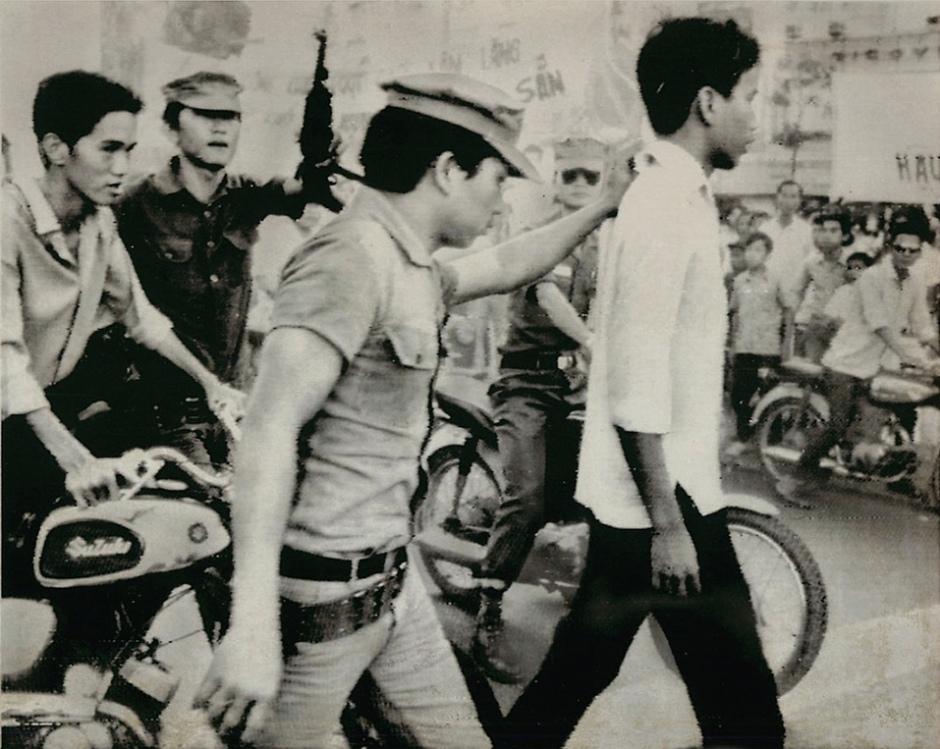 Cảnh bắt thanh niên trốn quân dịch tại Sài Gòn