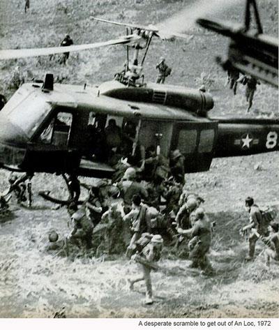 Trực thăng đổ quân Dù tăng viện, đồng thời vội vã tải thương binh ra khỏi mặt trận An Lộc năm 1972.