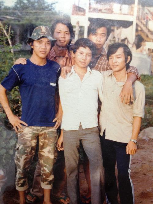 Nhìn phía sau là Buil-ding 1 của trại Sikhiu 1980.