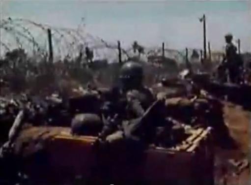 Chiến binh XL giữ vững tay súng