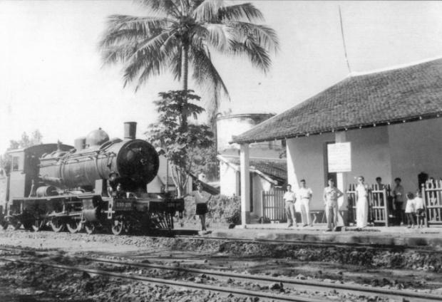 """JF Cail 4-6-0 """"Mười bánh"""" số 230-215 tại Ga Lộc Ninh vào đầu năm 1940"""