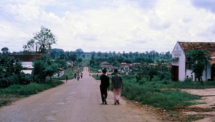 Đường Hùng Vương An Lộc 1967 Đi đến cuối đường rẽ trái là đến trường Vinh Sơn và nhà thờ Bình Long. Khoảng giữa dốc là Chợ Mới bên trái, và bến xe đò bên phải.