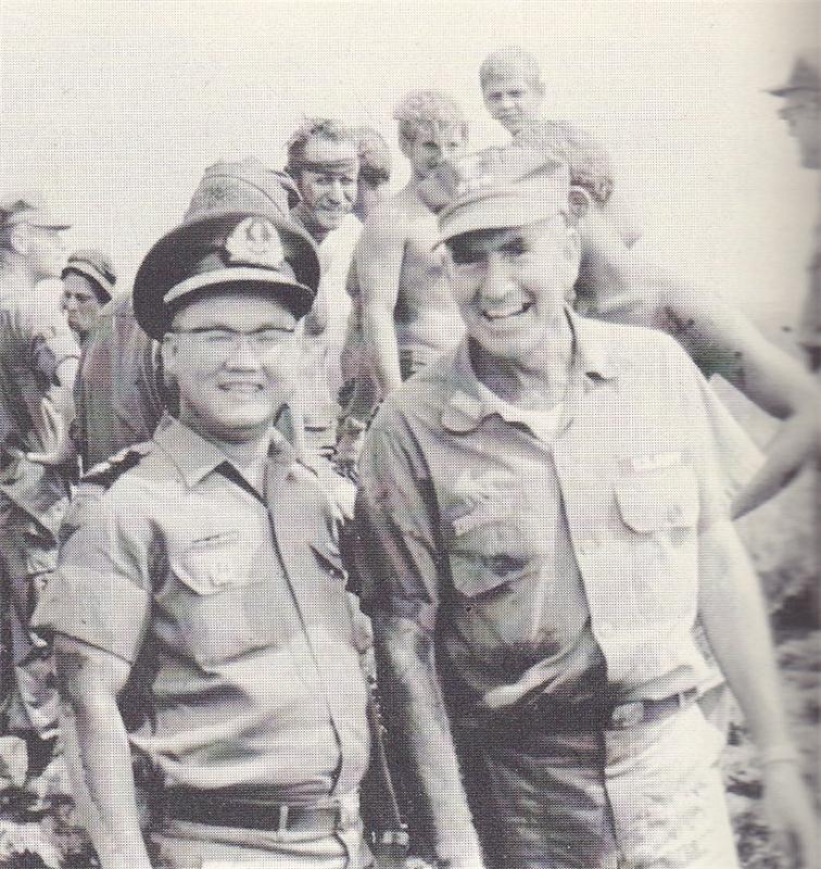 Đề Đốc Trần Văn Chơn và Đô Đốc Elmo Zumwalt cùng sánh vai chiến đấu trong đầu thập niên 1960