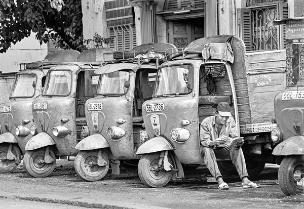 Xe lam trở thành xe vận tải hàng, năm 1995 tại Q.6 sau khi có lệnh cấm xe lam hoạt động chở khách ở Sài Gòn – Nguồn: HTXxelam