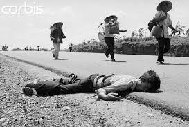 Ngày 12-4, đồng bào bỏ chạy khi Bắc quân tới Xuân Lộc,  một người dân gục ngã trong vòng lửa đạn trên Quốc lộ 1