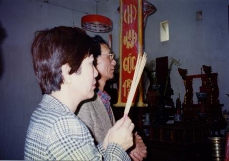 (Hình phòng thờ: 1997)