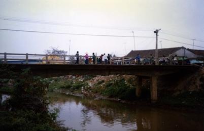(Cầu xi-măng chợ Đền.  Ảnh 1997)