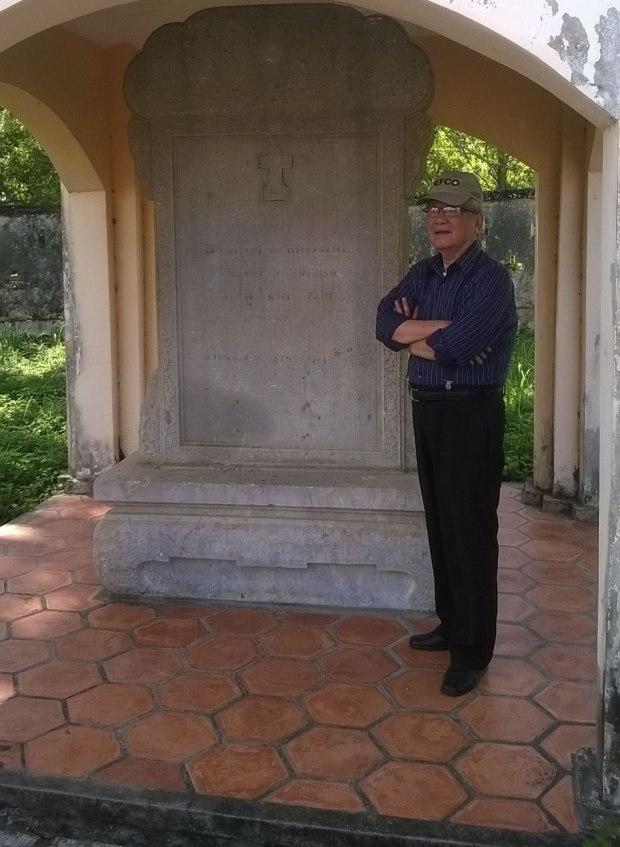 tác giả (Hoàng Long Hải) trước bia cụ Phạm Đăng Hưng, do vua Thành Thái dựng, Lăng Hoàng Gia, Gò Công, tháng 6/ 2016